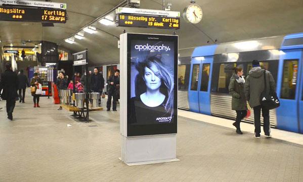 Metroda Saçları Uçuran Digital Signage Görsel